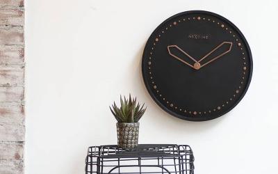 Ciche zegary ścienne - na co postawić?