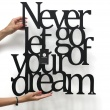 Napis na ścianę NEVER LET GO OF YOUR DREAM czarny NLG1-1